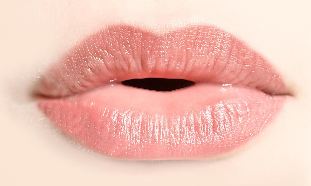 Swollen lips are a com...