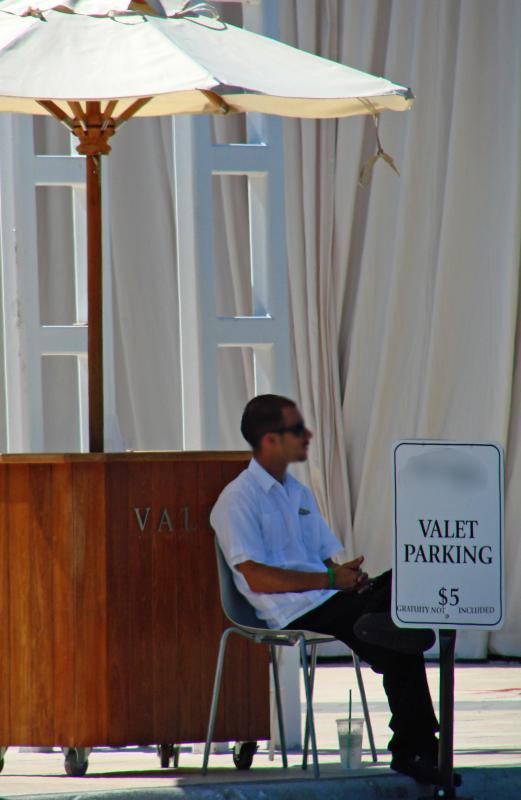 What Does a Valet Do? (with pictures)