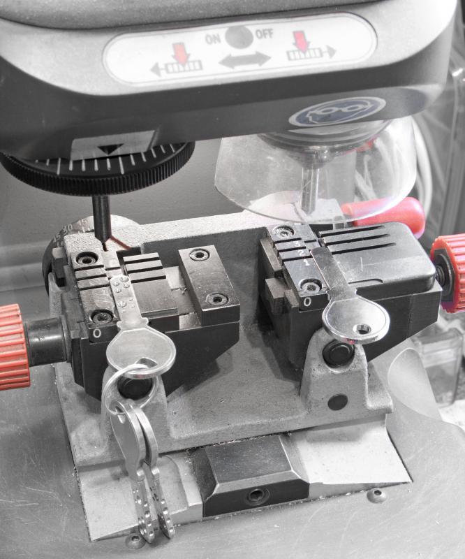 how to use a key cutting machine