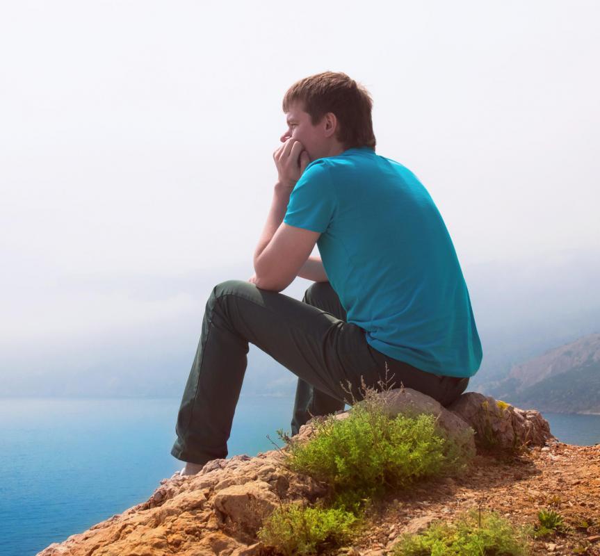 11 habitudes pour se sentir moins seul... Man-sitting-on-rock
