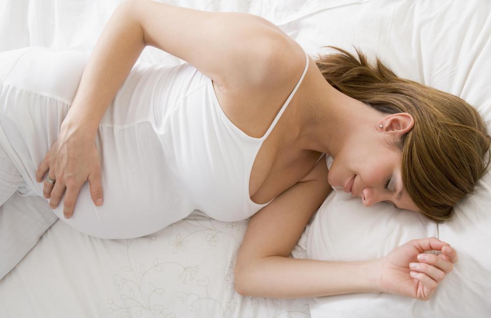 уверена, не могу спать при беременности толкается больно если